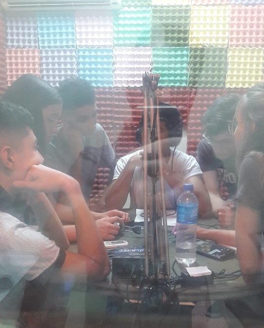 alumnos haciendo radio
